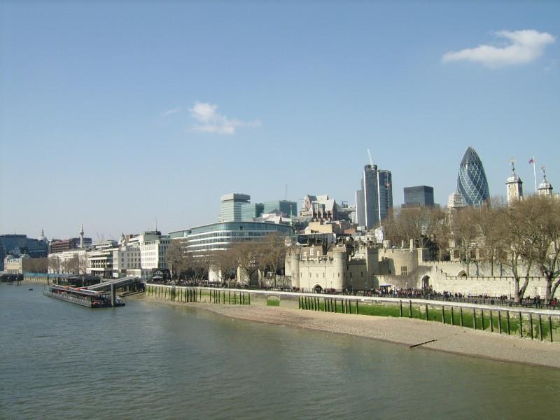 Widok z Tower Bridge na wieżowce (w tym 'ogórek') czyli 30 St Mary Axe i poniżej Tower Of London