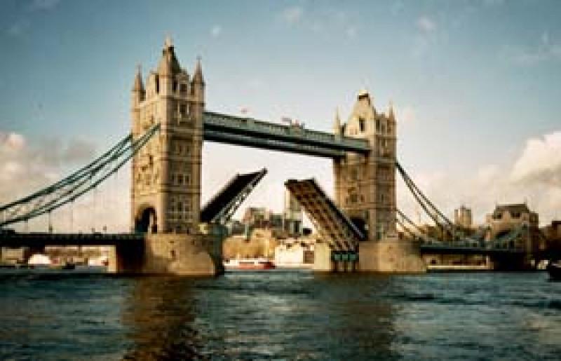 widok ze statku na Tower Bridge