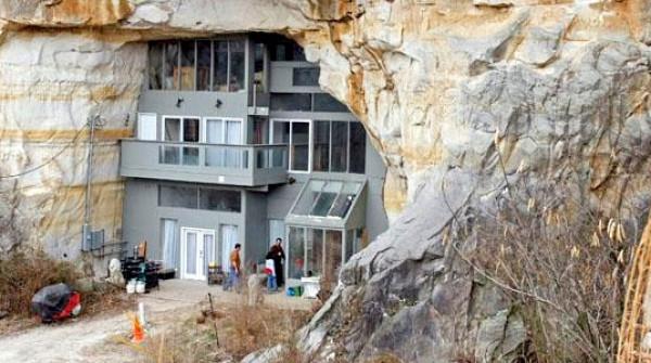 Nowoczesny budynek wybudowany wewnątrz jaskini