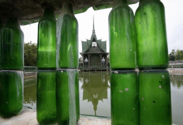 Buddyjska Świątynia w Tajlandii wykonana z ponad 1,5 miliona szklanych butelek