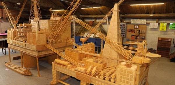 Replika platformy wiertniczej wykonana z zapałek
