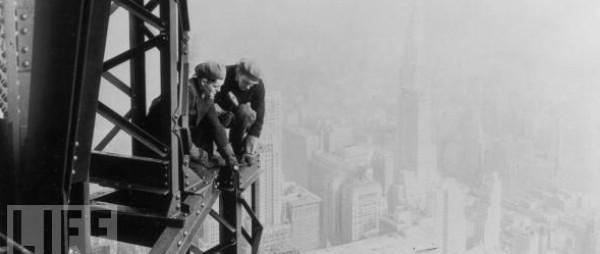 Czarno-białe zdjęcia z budowy Empire State Building